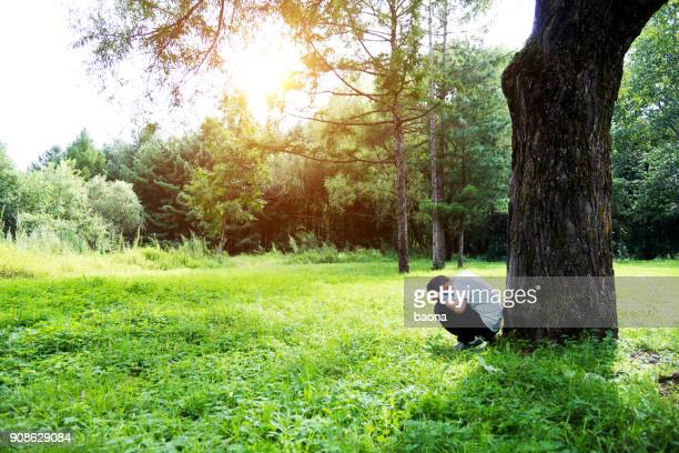 Trieste jongen onder de boom