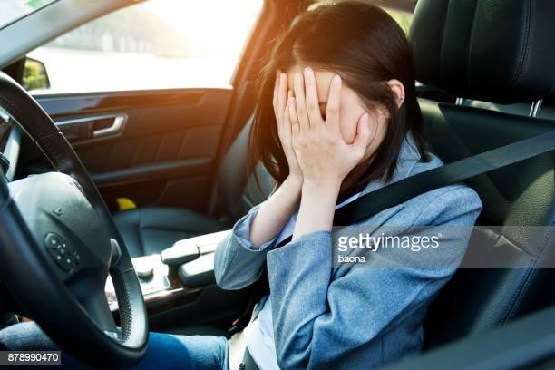 Triest zakenvrouw bestuurder zitten in auto