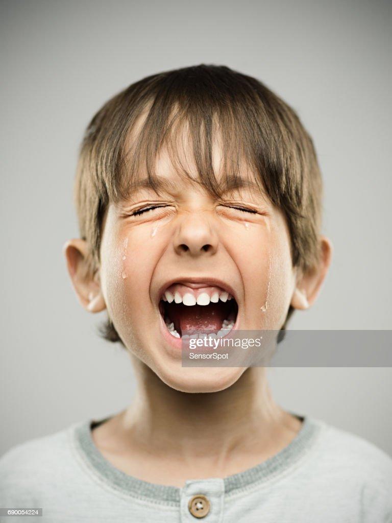 Traurige kleine Junge laut Weinen : Stock-Foto