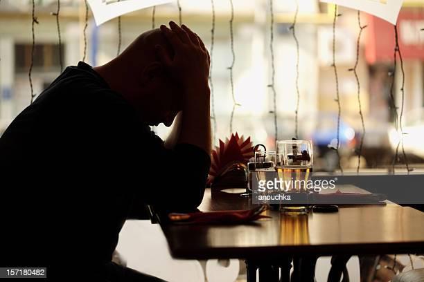 Trauriger Mann Sitzen im restaurant