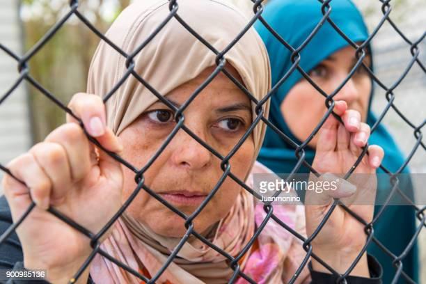 refugiados triste - pessoa desalojada - fotografias e filmes do acervo