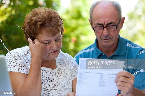 Triste couple senior aller plus de factures