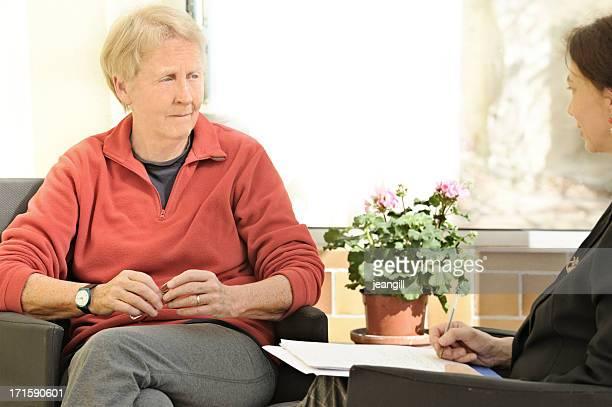 triste mulher idosa sessão de aconselhamento - violencia psicologica imagens e fotografias de stock
