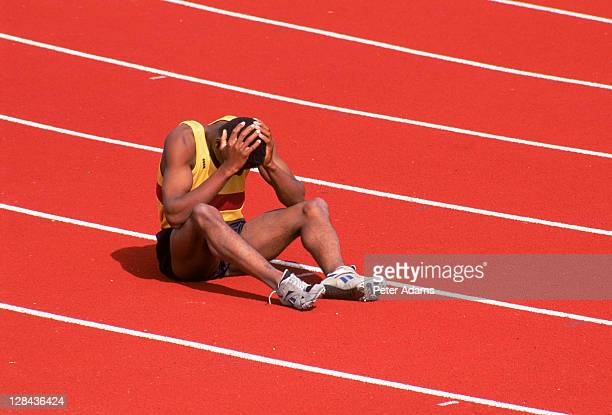 sad sprinter sitting - nederlaag stockfoto's en -beelden