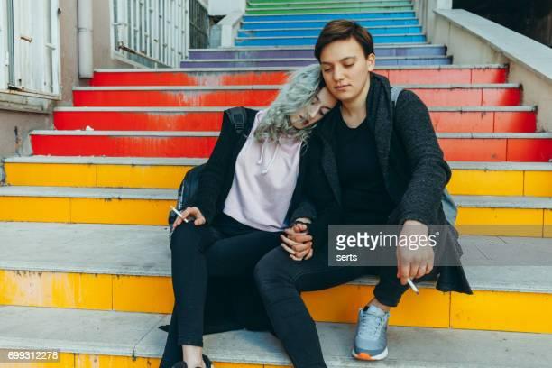 profitez de la triste urbain couple lesbien - ados lesbiennes en couple photos et images de collection