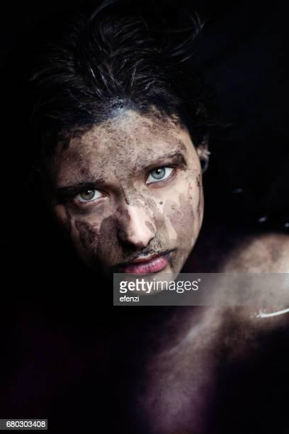 Femme triste et peinture noire