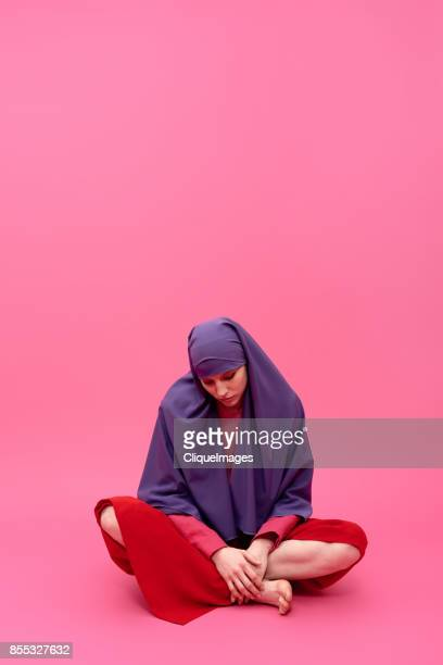 sad woman in hijab - cliqueimages stockfoto's en -beelden