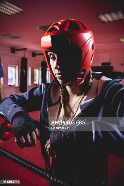 Traurige junge Frau Boxer stützte sich auf Boxring