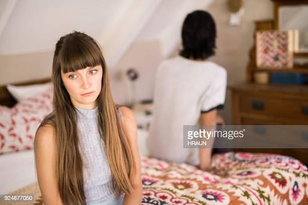 ベッドの上を無視する男と悲しい女 - 不満 ストックフォトと画像