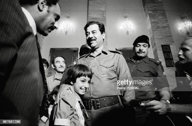 Saddam Hussein reçoit des donateurs d'or ceux qui font don de leur fortune pour soutenir l'effort de guerre durant le conflit avec l'Iran le 15...