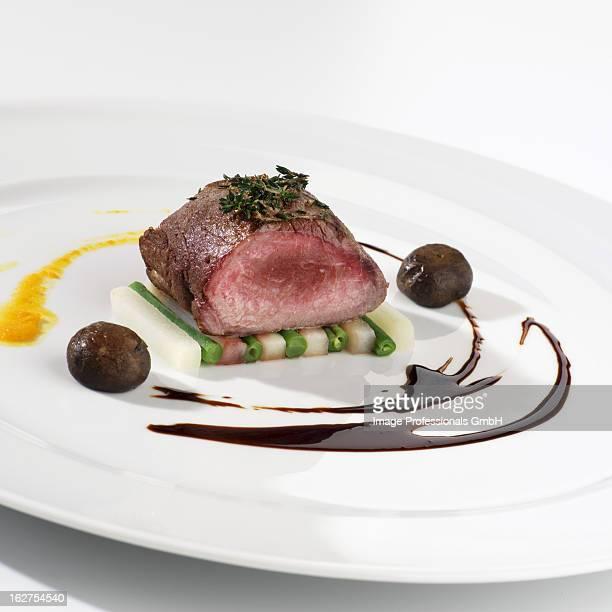 saddle of venison on bed of vegetable - carne de cervo - fotografias e filmes do acervo