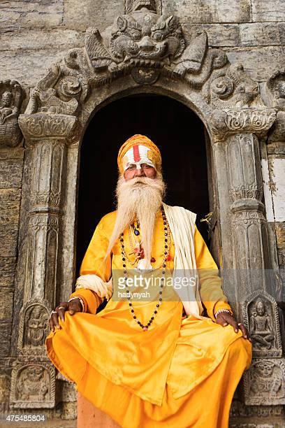 Sadhu-indian holyman seduto nel tempio