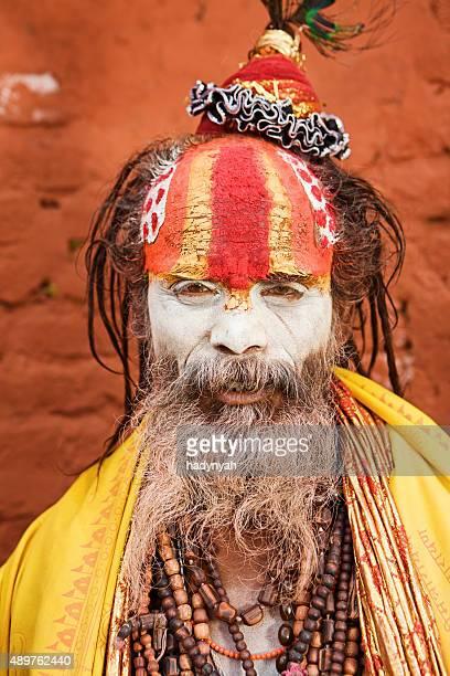 sadhu-indianer holyman sitzt im tempel - body paint stock-fotos und bilder