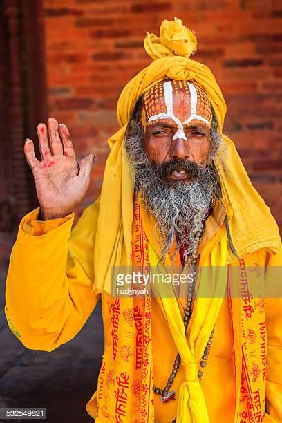 Sadhu-indien holyman assis dans le temple