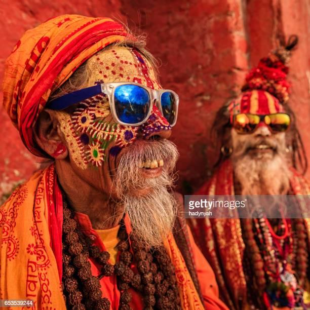 Sadhu-indien holymen assis dans le temple