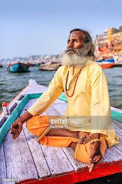 Sadhu è meditating in barca sul Fiume Gange, sacra di Varanasi