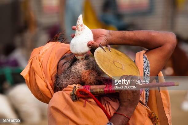 Sadhu joue de la conque au Kumbh Mela, Allahabad, en Inde.