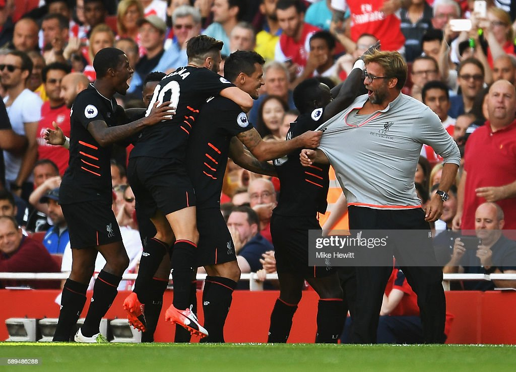Sadio Mane of Liverpool and team mates celebrate his goal with Jurgen Klopp, Manager of Liverpool during the Premier League match between Arsenal and Liverpool at Emirates Stadium on August 14, 2016 in London, England.