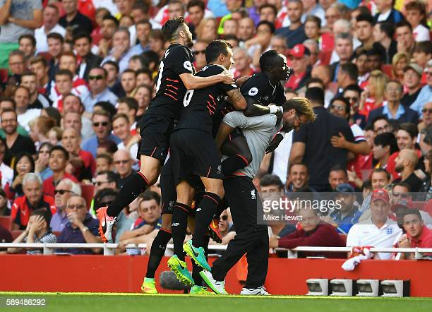 Sadio Mane of Liverpool and team mates celebrate his goal with Jurgen Klopp Manager of Liverpool during the Premier League match between Arsenal and...