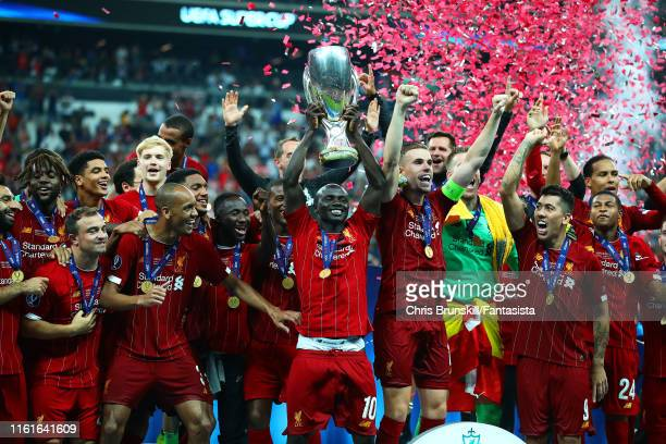Sadio Mane of Liverpool lifts the trophy with his team-mates at the end of the UEFA Super Cup match between Liverpool and Chelsea at Vodafone Park on...