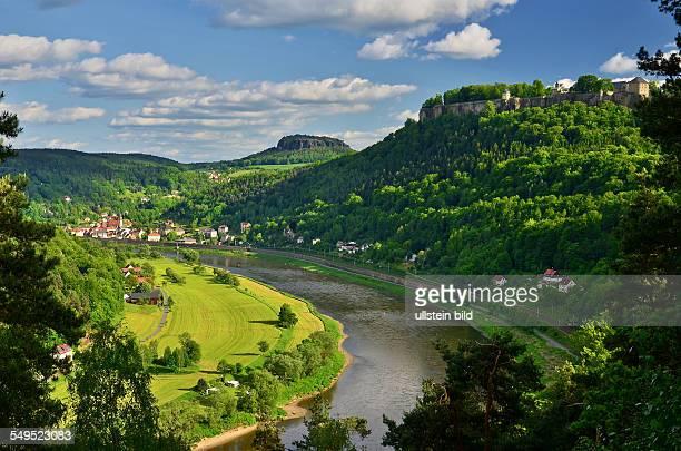 Saechsische Schweiz Thuermsdorf JohannAlexanderThieleBlick ins Elbtal rechts die Festung Koenigstein im Hintergrund die Stadt Koenigstein