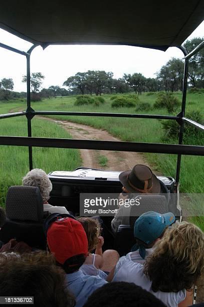 Safari auf der 'Okapunka Ranch' bei Windhoek Hauptstadt von Namibia Afrika ProdNr 109/2006 Pflanzen Bäume Touristen Natur Schirmmütze Cap Mütze Reise