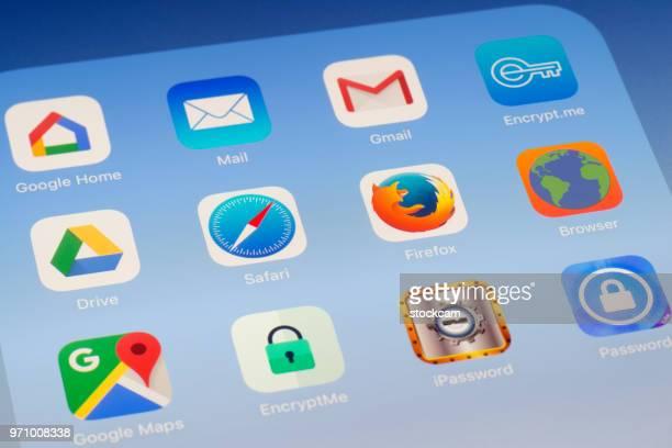 サファリ、Firefox のブラウザー、iPad の画面に他のアプリ
