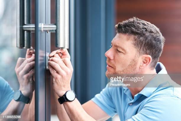 veilig en veilig - locksmith stockfoto's en -beelden