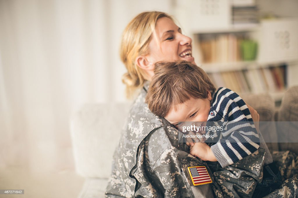 Safe in mommy soldier'hug : Stock-Foto