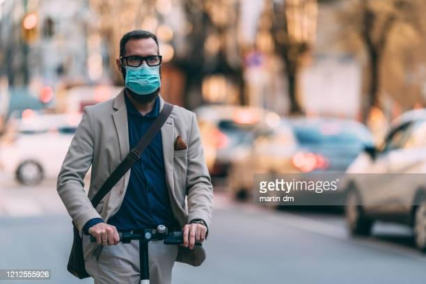 sicherer transport während der covid-19-pandemie - atemschutzmaske stock-fotos und bilder