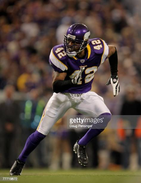 Safety Darren Sharper of the Minnesota Vikings defends against the San Diego Chargers at the Hubert H Humphrey Metrodome on November 4 2007 in...