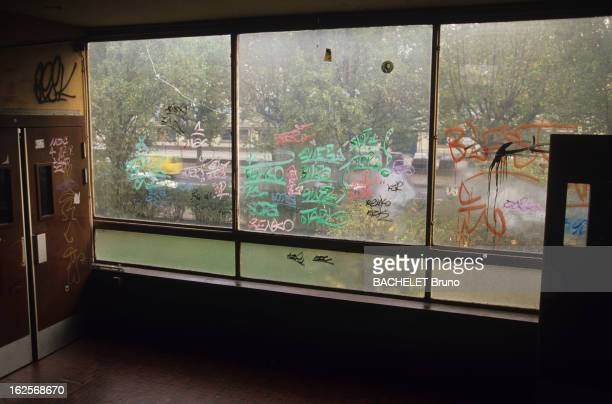Paul Eluard College In Saint Denis Seine Saint Denis Octobre 1990 Lycée Paul ELUARD La sécurité dans les lycées de France vitres et murs du lycée...