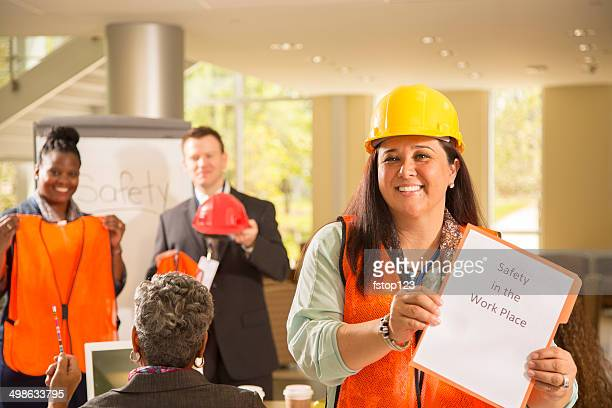 a segurança no local de trabalho.  apresentação de trabalhadores de construção. - saúde e segurança ocupacional - fotografias e filmes do acervo