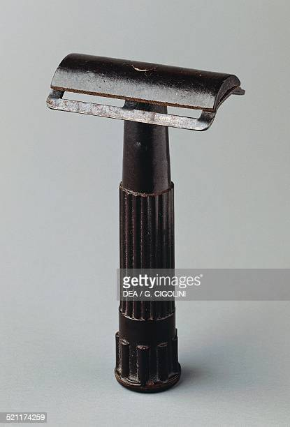 Safety razors with razor blades in bakelite 19301939 20th century Unspecified
