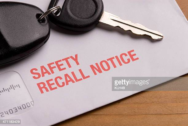 safety recall notice envelope with car keys - foutmelding stockfoto's en -beelden
