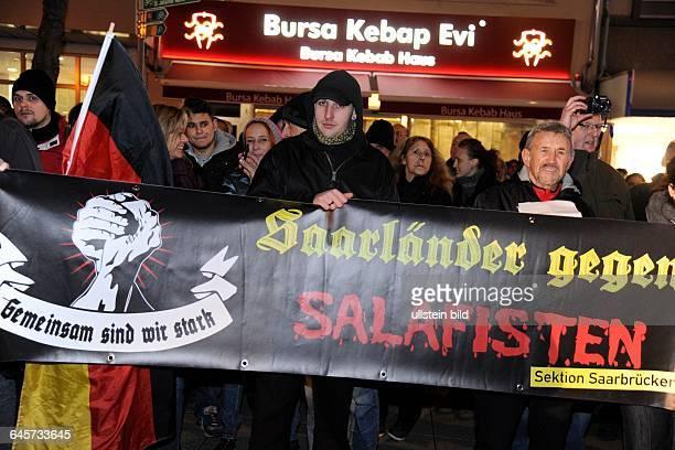 Sagida nennt sich die Protestbewegung die in der Saarbrücker Innenstadt die Pegida Idee aufgreift Transparent Saarländer gegen Salafisten