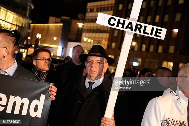 Sagida nennt sich die Protestbewegung die in der Saarbrücker Innenstadt die Pegida Idee aufgreift Im Bild mit dem Kreuz der NPDFunktionär Peter Marx