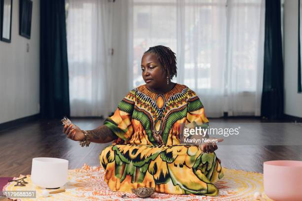 saging and clearing the space - camisa de dashiki fotografías e imágenes de stock
