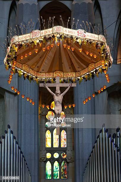 sagrada familia basilica chancel crucifix - familia stock-fotos und bilder