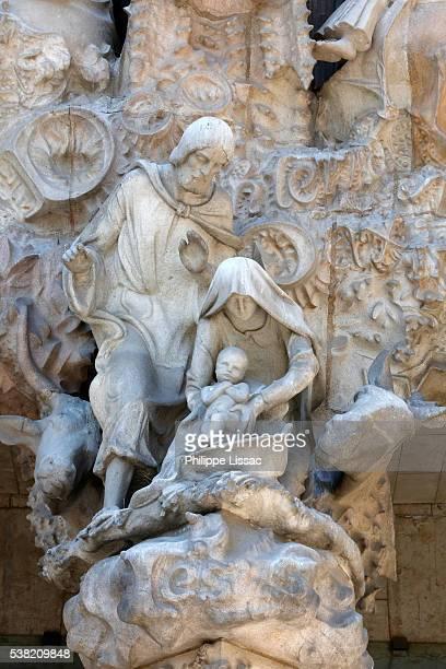 sagrada familia basilica. nativity façade : joseph and mary with baby jesus, sculpture by joan busquets - familia stock-fotos und bilder