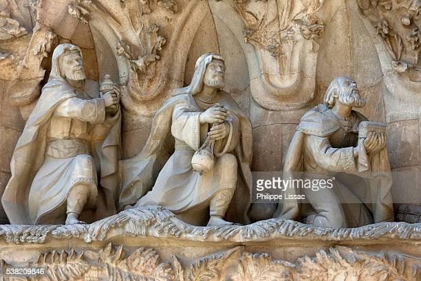 sagrada familia basilica. nativity façade : the magi - familia stock-fotos und bilder