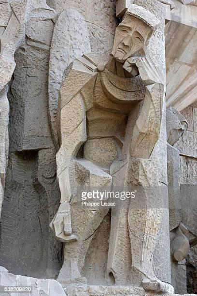 sagrada familia basilica. passion façade : pontius pilate, sculpture by joseph maria subirachs - familia stock-fotos und bilder