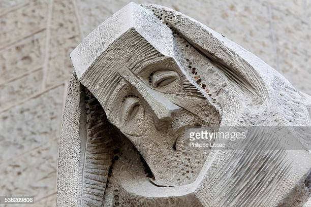 sagrada familia basilica. passion façade : saint peter's betrayal, sculpture by joseph maria subirachs (detail) - familia stock-fotos und bilder