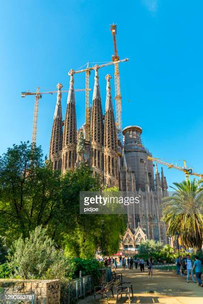 kathedrale sagrada familia in barcelona - familia stock-fotos und bilder
