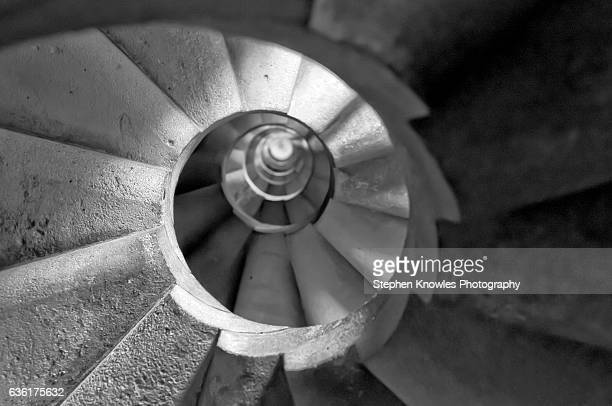 sagrada familia, spira staicase (looking up) - familia stock pictures, royalty-free photos & images