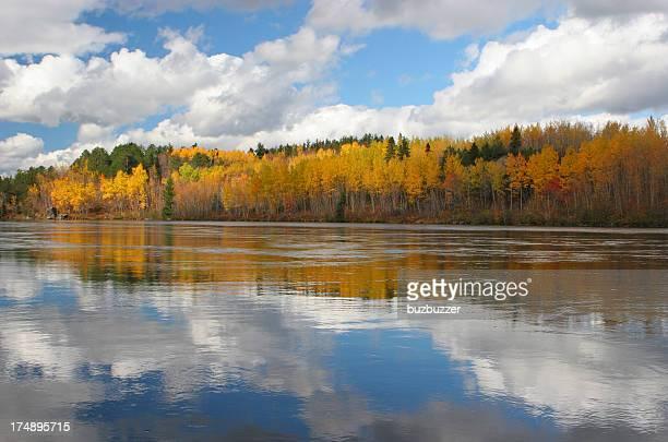 Fiume Saguenay riflesso del cielo e i colori autunnali
