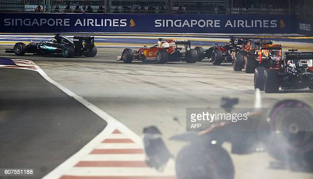 Sahara Force India F1 Team's German driver Nico Hulkenberg crashes during the Singapore Grand Prix night race on September 18 2016 / AFP / POOL /...