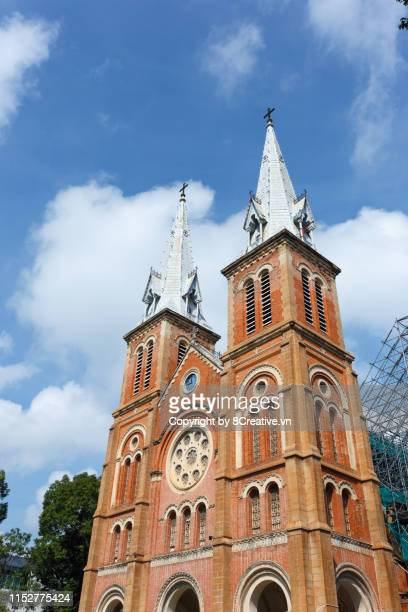 sai gon, vietnam - september 22, 2018: saigon notre-dame cathedral basilica (basilica of our lady of the immaculate conception) on blue sky background - a popular tourist destination of vietnam. - people's committee building ho chi minh city stock pictures, royalty-free photos & images