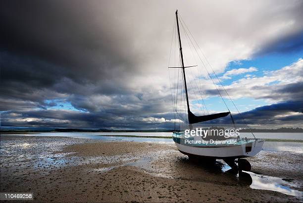 sail boat on sand - low tide stock pictures, royalty-free photos & images
