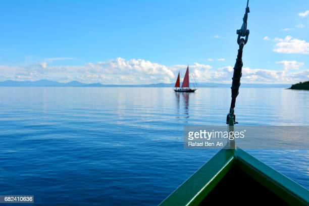 sail boat sailing over lake taupo new zealand - rafael ben ari fotografías e imágenes de stock